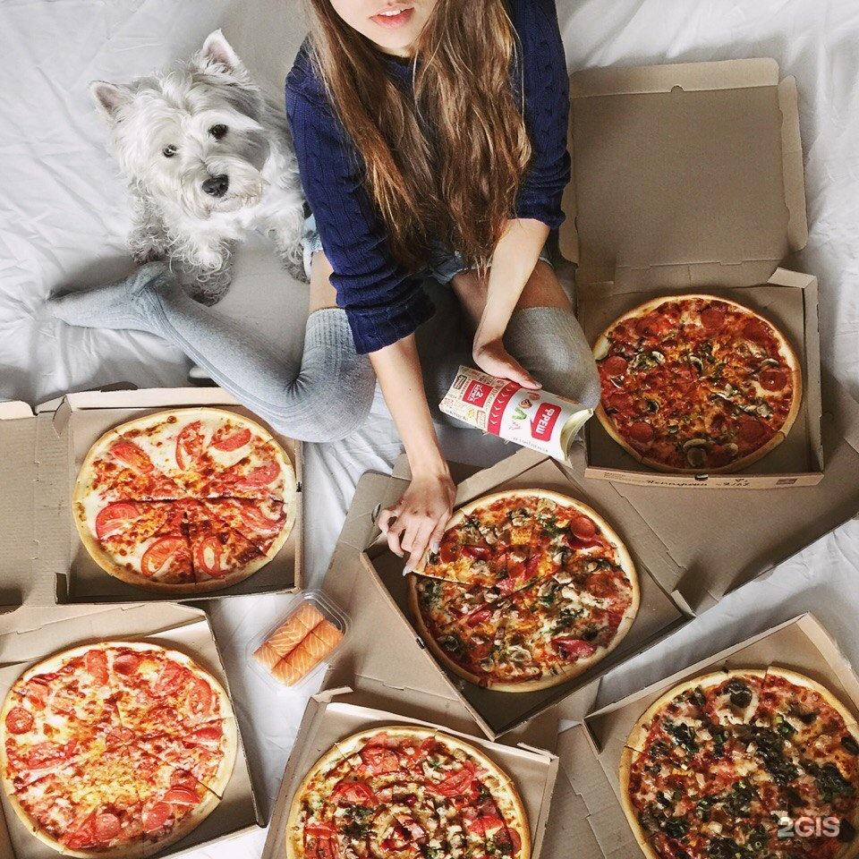 дверях стояли картинки девушек пицца когда перед