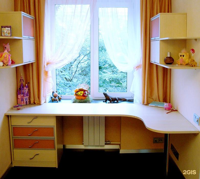 Стол возле окна в детской комнате фото идеи