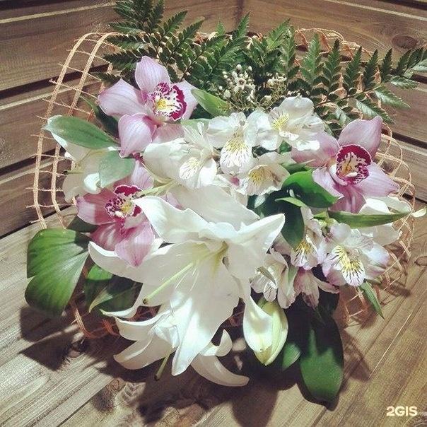 Каплевидный букет розы лилии орхидеи