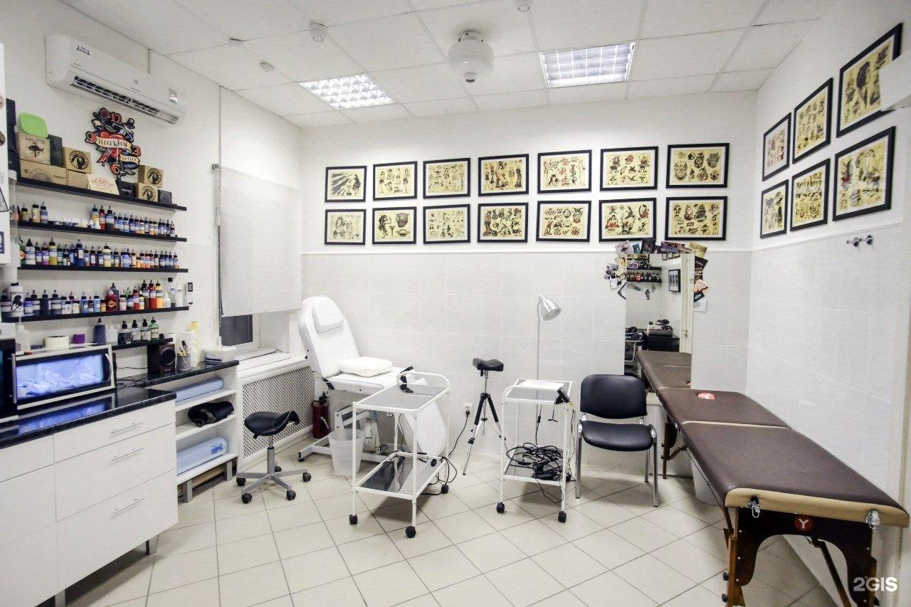 Чтобы успешно развиваться, мастерам необходимо качественно оказывать услуги населению, причем желательно иметь в штате специалистов по перманентному макияжу и пирсингу.